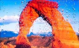Czerwone skały Uroczystego jaru A widok miasto od okno od wysokiego punktu podczas deszczu Ostrość na kroplach Obrazy Stock