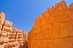 Czerwone skały, niebieskie niebo przy Bryka jaru parkiem narodowym, UT Obrazy Stock