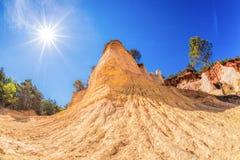 Czerwone skały w Kolorado Provence w Luberon parku, Francja Zdjęcie Stock
