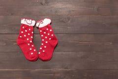 Czerwone skarpety są na drewnianym tle z pustą przestrzenią dla Chris Zdjęcia Royalty Free