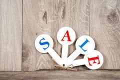 Czerwone sprzedaży etykietki z wpisową sprzedażą na drewnianym tle Zdjęcia Royalty Free