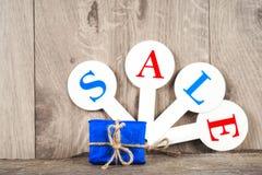 Czerwone sprzedaży etykietki z wpisową sprzedażą na drewnianym tle Obraz Royalty Free