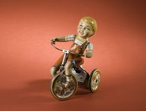 czerwone tło chłopca zabawkę obrazy royalty free