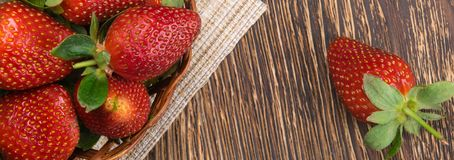 czerwone truskawki na ciemnej drewnianej desce jak tło, obraz royalty free