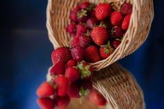 Czerwone truskawki są spada puszkiem na stole! fotografia royalty free