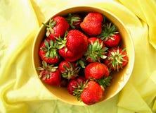Czerwone truskawki w koloru żółtego talerzu Fotografia Stock