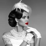 czerwone usta zmysłowa Elegancki retro kobieta portret z mody jewe obrazy stock
