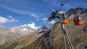 Czerwone wagon kolei linowej kabiny zbliżają opłatę Valais, Szwajcaria zdjęcie stock