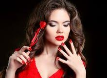 Czerwone wargi, robiący manikiur gwoździe Piękny młoda kobieta model z kawalerem Zdjęcie Stock
