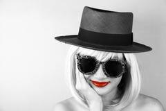 Czerwone wargi w czarny i biały, splendor elegancka piękna młoda kobieta Fotografia Stock