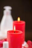 Czerwone świeczki pali na stole Obrazy Royalty Free