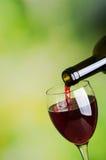 czerwone wino dolewania Fotografia Royalty Free