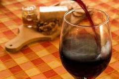 czerwone wino dolewania Zdjęcia Stock