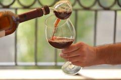 czerwone wino dolewania obraz royalty free