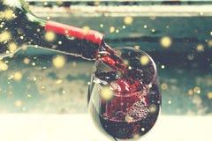 czerwone wino dolewania Wino w szklanej, selekcyjnej ostrości, ruch plama, czerwone wino w szkle Sommelier nalewa wino w szkło T Zdjęcie Stock
