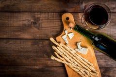 Czerwone wino i przekąski dla go Obraz Royalty Free