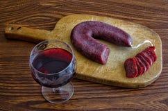 Czerwone wino i salami obraz stock