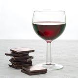 Czerwone wino i zmrok czekolada - zdrowy serce, stylu życia pojęcie Obraz Royalty Free