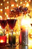 Czerwone wino w glases i kwiatach. Obrazy Royalty Free