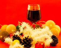 Czerwone wino w szkłach na plenerowym łomota stole fotografia stock