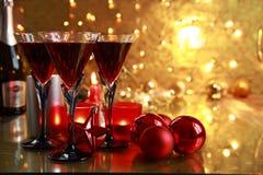 Czerwone wino w szkłach na złotym tle. Zdjęcie Stock