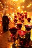 Czerwone wino w szkłach na złotym tle. Fotografia Royalty Free