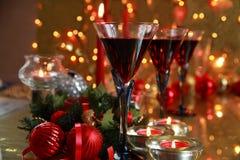 Czerwone wino w szkłach na złotym tle. Obraz Royalty Free