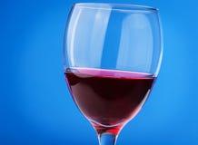 Czerwone wino w szkło Zdjęcia Royalty Free