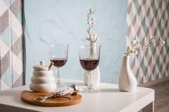 Czerwone wino, wina szkło, corkscrew bielu stół, dekoracja kąt ręka wyszczególniał jej domowego widok Restauracja Obrazy Royalty Free