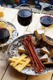 Czerwone wino z przekąskami Obrazy Royalty Free