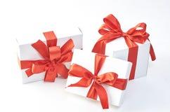 czerwone wstążki pole prezent obrazy royalty free