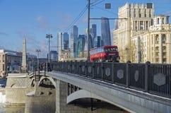 Czerwonego autobusu piętrowego zwiedzający autobus na tle skyscrape zdjęcie stock