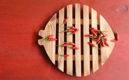 Czerwonego chili pieprz na drewnianym ciapanie bloku Zdjęcia Stock