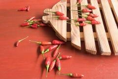 Czerwonego chili pieprz na drewnianym ciapanie bloku Obraz Royalty Free