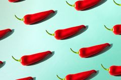 Czerwonego chili pieprz na zielonym tle isometric zdjęcia stock