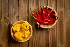 Czerwonego chili pieprze i habanero na drewnianym stole Zdjęcia Royalty Free