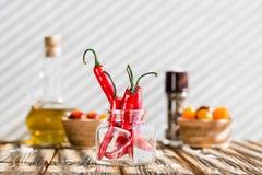 czerwonego chili pieprze na drewnianym stole zdjęcie stock