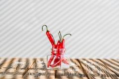 czerwonego chili pieprze na drewnianym stole obrazy stock