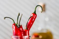 czerwonego chili pieprze na drewnianym stole fotografia royalty free