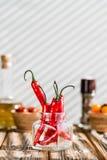 czerwonego chili pieprze na drewnianym stole zdjęcie royalty free