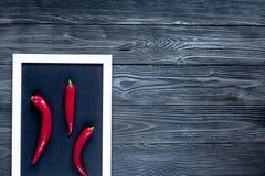 Czerwonego chili pieprzu ramy projekt na zmroku stołu tła odgórnego widoku egzaminie próbnym Obraz Stock