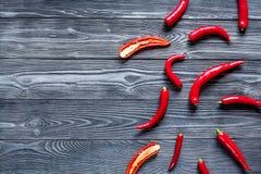 Czerwonego chili pieprzu ramy projekt na zmroku stołu tła odgórnego widoku egzaminie próbnym Zdjęcia Royalty Free