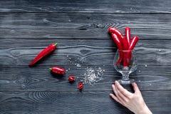 Czerwonego chili pieprzu ramy projekt na zmroku stołu tła odgórnego widoku egzaminie próbnym Obrazy Stock