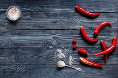 Czerwonego chili pieprzu ramy projekt na zmroku stołu tła odgórnego widoku egzaminie próbnym Zdjęcie Royalty Free