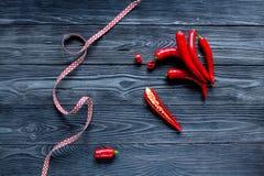 Czerwonego chili pieprzu ramy projekt na zmroku stołu tła odgórnym widoku Zdjęcia Royalty Free
