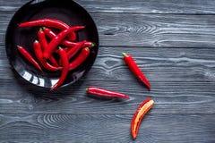 Czerwonego chili pieprzu ramy projekt na zmroku stołu tła odgórnym widoku Obrazy Royalty Free