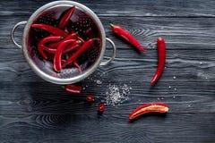 Czerwonego chili pieprzu ramy projekt na zmroku stołu tła odgórnym widoku Obraz Stock
