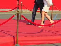 czerwonego chodnika wejście z złotymi kłonicami i arkanami Osobistość kandydaci mieć premierę Gwiazdy na świąteczny nagradzać nag obraz stock