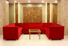 Czerwonego colour kanapy dekoracja obraz stock