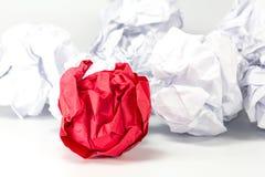 Czerwonego i białego papieru piłek selekcyjna ostrość z płytką głębią fotografia royalty free
